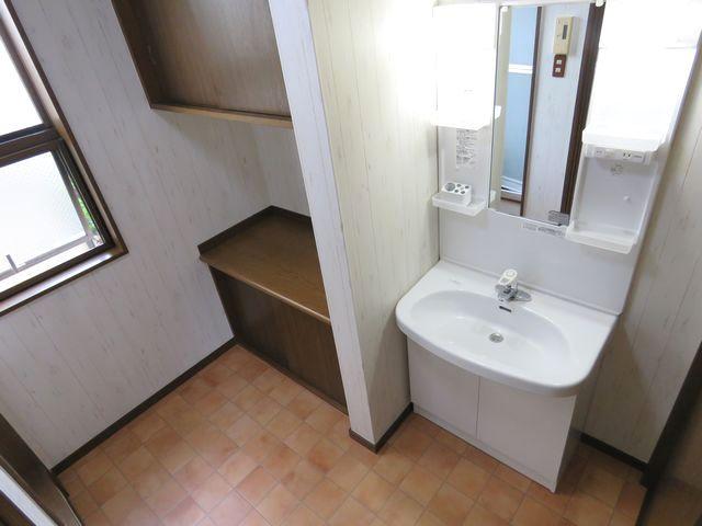 奥行きを抑え空間スペースを生かせるコンパクトな洗面化粧台に交換