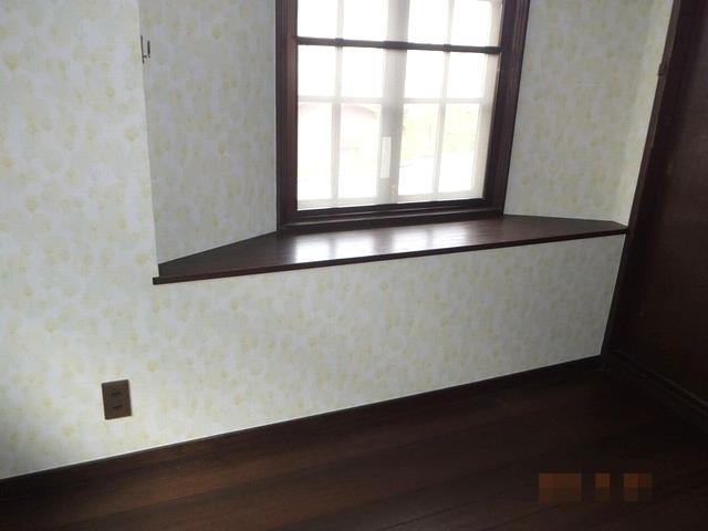 出窓のある洋室のクロス貼り替え