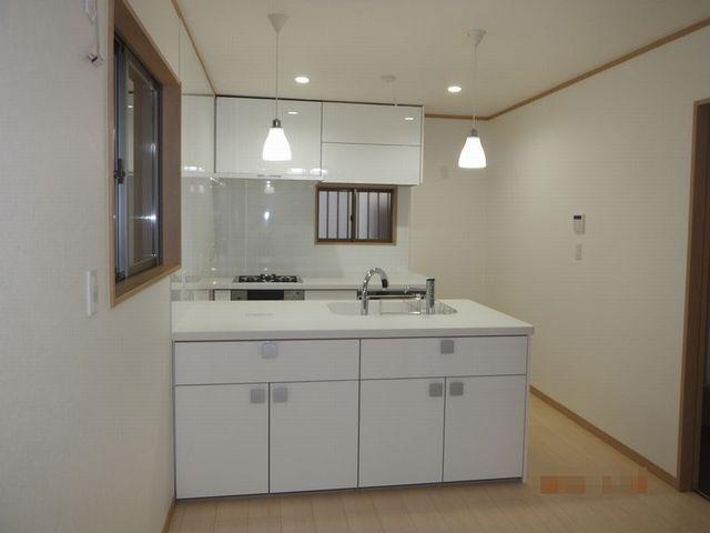 充実の収納と掃除のしやすい清潔感あふれる白いキッチン