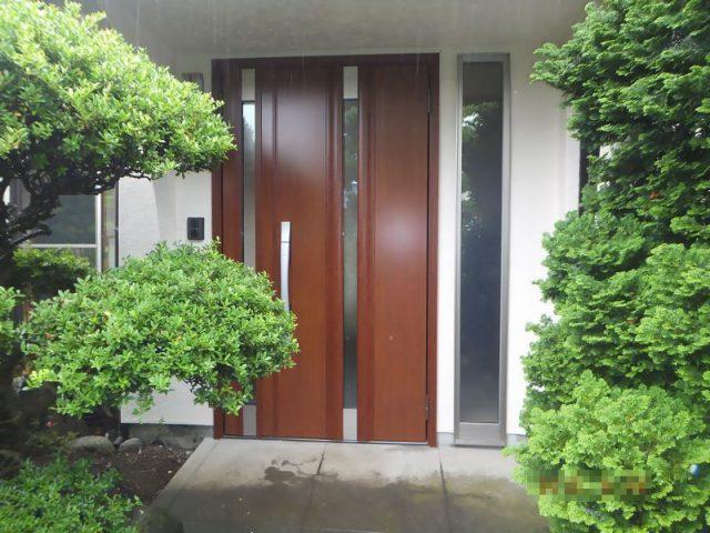 玄関を採風や採光にこだわった親子ドアとFIX窓に交換