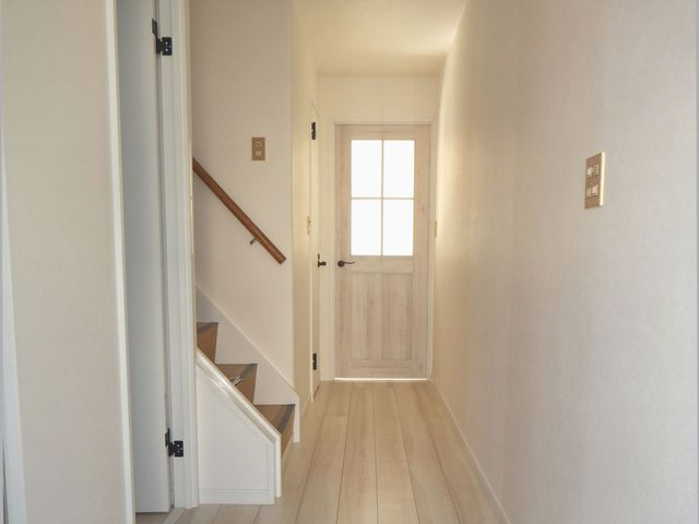 玄関からリビングまでのカラーをホワイト系で統一し、明るい印象に