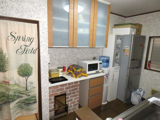 アクセントのレンガ柄が素敵なキッチン収納