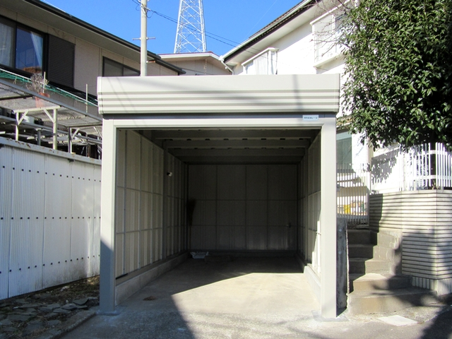 老朽化した木製ガレージを巻取りシャッター扉付きのガレージに交換