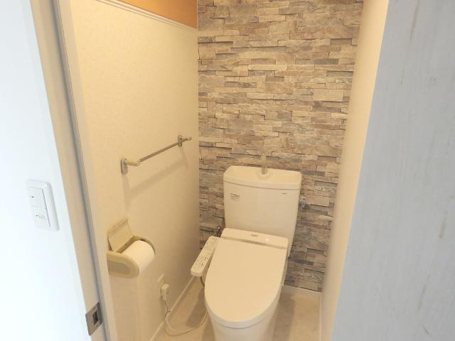 ドア交換と「床・天井・壁」の貼り替えのみで見違えるトイレに